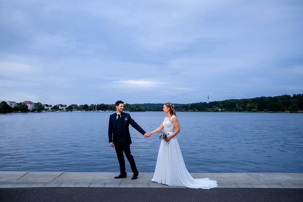 Brautpaar am Wasser bei Wolken