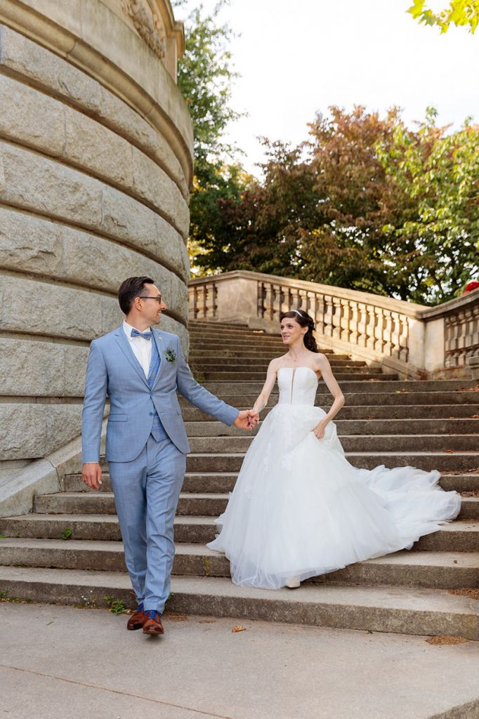 Brautpaar spaziert Treppen runter