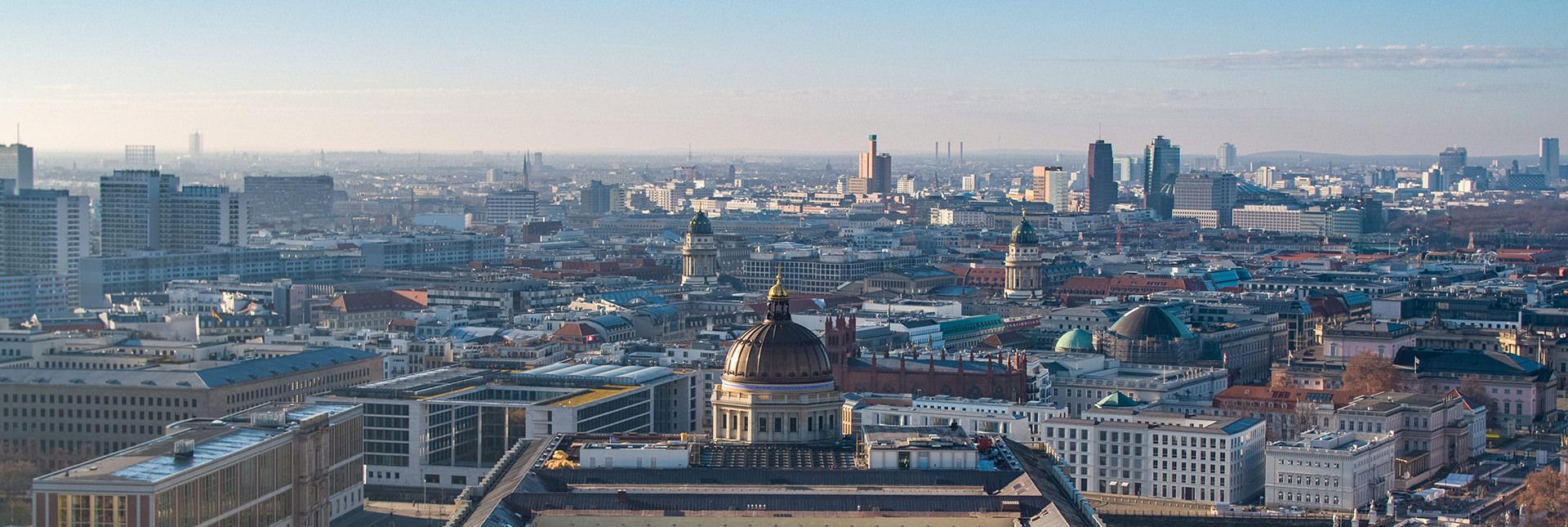 Luftbild von Berlin-Mitte mit dem Stadtschloss, dem Gendarmenmarkt und dem Potsdamer Platz. Luftaufnahmen für Filmproduktion mit Drohne im Dezember 2020