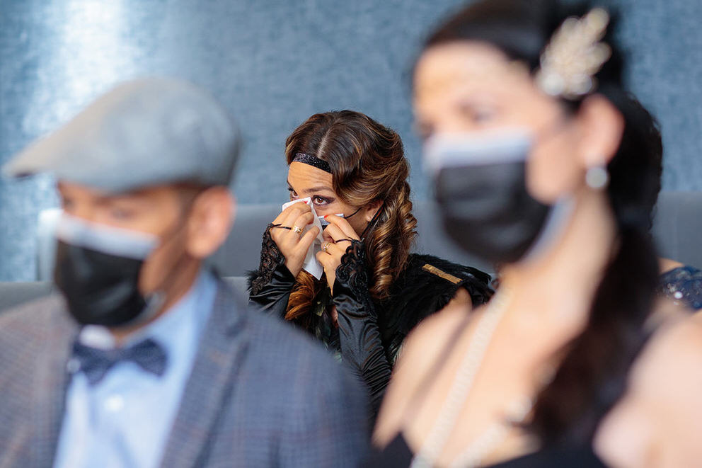 Hochzeitsgast mit Maske weint bei standesamtlicher Trauung