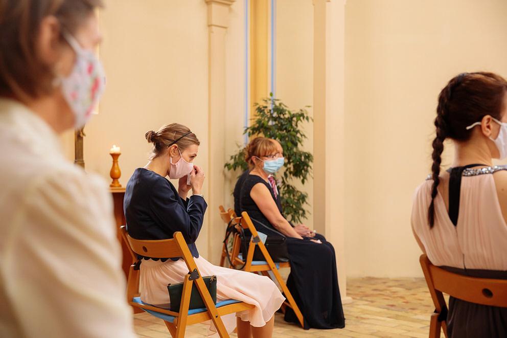 Hochzeit zu Corona mit Maske und emotionalem Hochzeitsgast