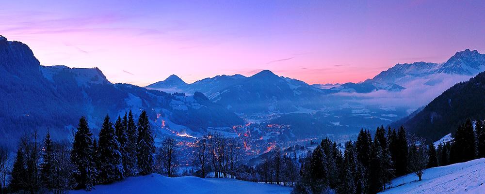 Panorama von Kitzbühel nach Sonnenuntergang.