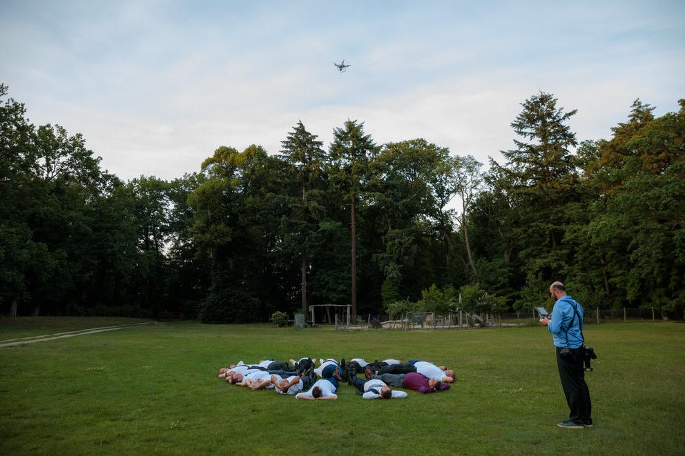 Hochzeitsfotograf in Bad Belzig fotografiert Hochzeitsgäste mit der Drohne