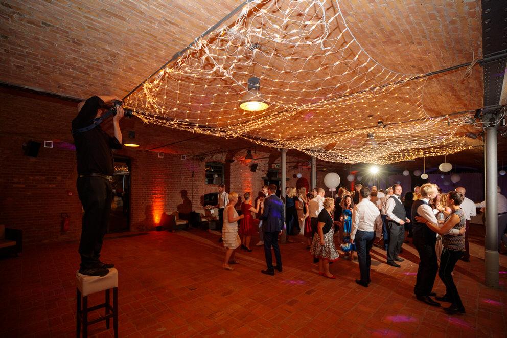 Hochzeitsfotograf in Nauen fotografiert Hochzeitsgäste auf der Tanzfläche am Abend