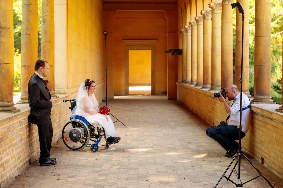 Hochzeitsfotograf in Potsdam fotografiert Braut im Rollstuhl und Bräutigam