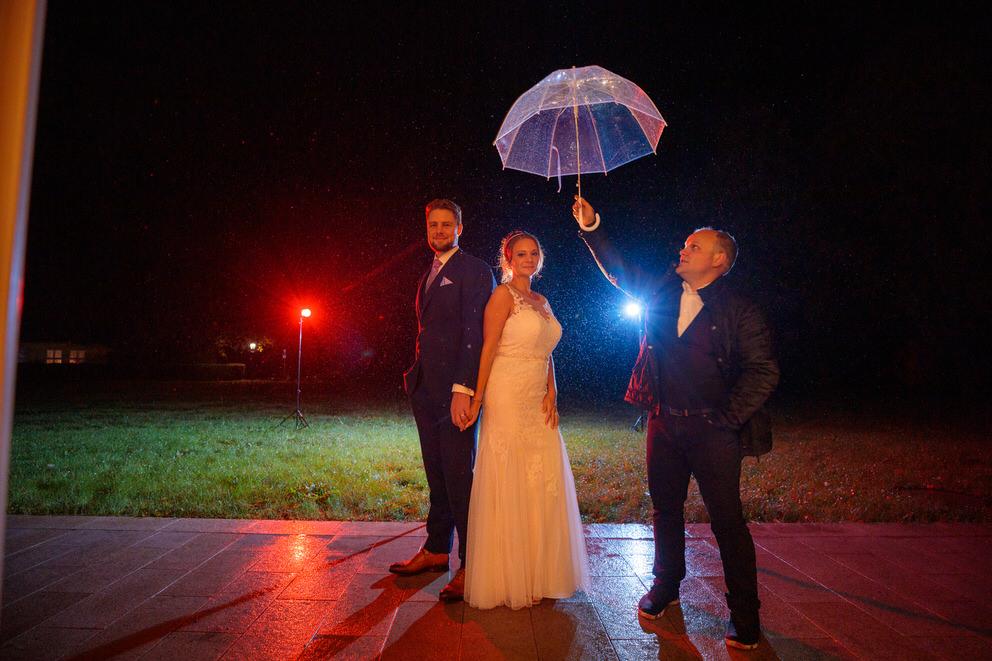 Hochzeitsfotograf im Spreewald fotografiert Brautpaar bei Regen und Schirm