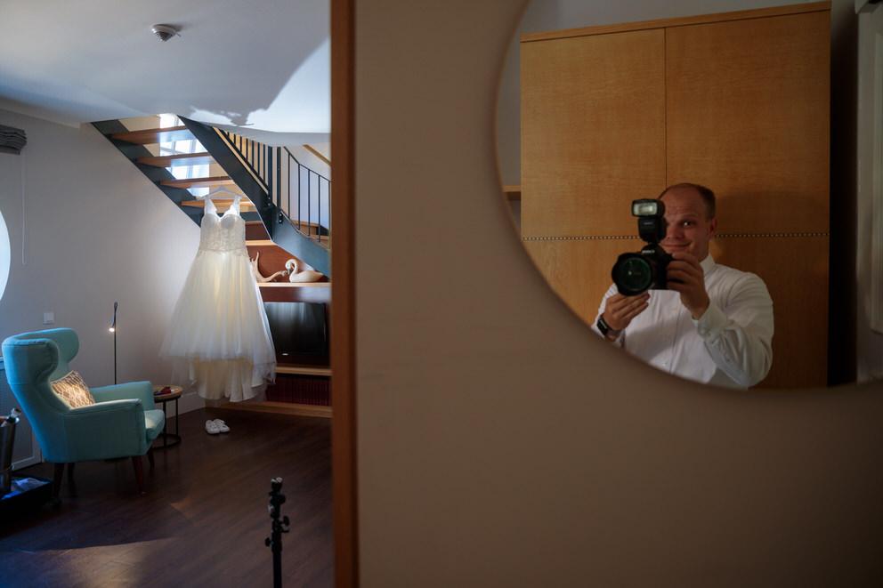 Hochzeitsfotograf in Wildau fotografiert das Brautkleid beim Getting Ready