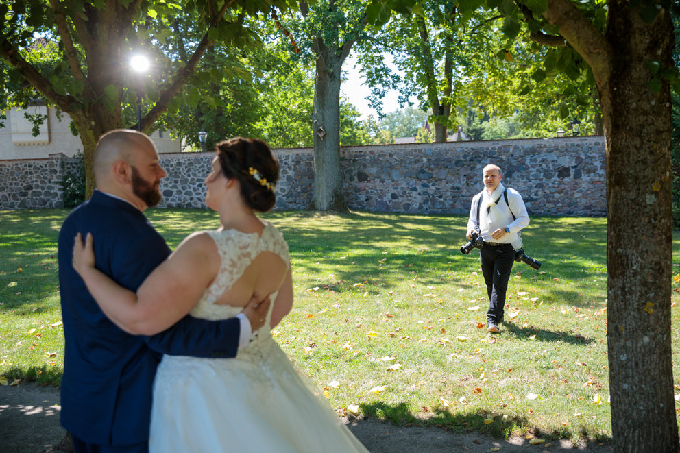 Hochzeitsfotograf in Wildau fotografiert Brautpaar nach der Trauung