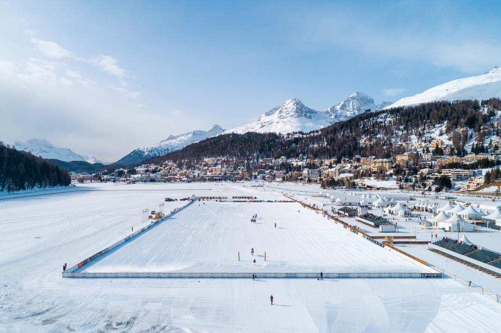 Luftbild eines Snow Polo Turniers auf dem St. Moritzsee in St. Moritz in der Schweiz