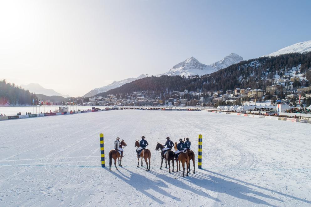 Polopferde bei einem Turnier in einem Luftbild auf dem St. Moritzsee in St. Moritz in der Schweiz