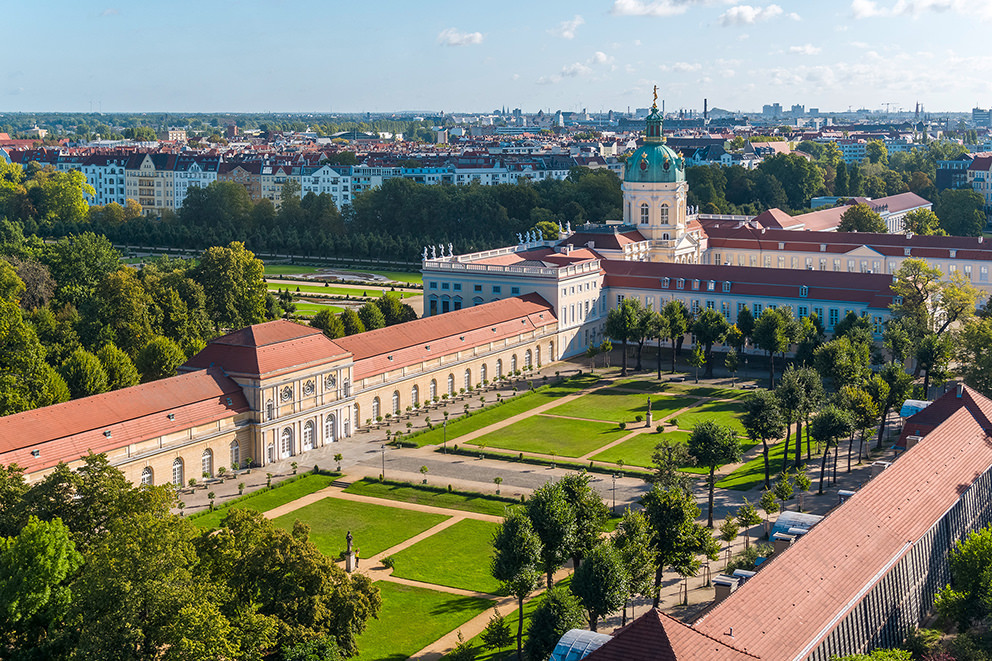 Luftbild Schloss und Orangerie Charlottenburg in Berlin als Ort für Events, Hochzeitsfeiern und Hochzeitsfotos