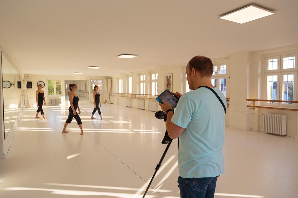 Unternehmensfotograf in Berlin fotografiert Tänzerinnen in Tanzstudio von Tanzschule