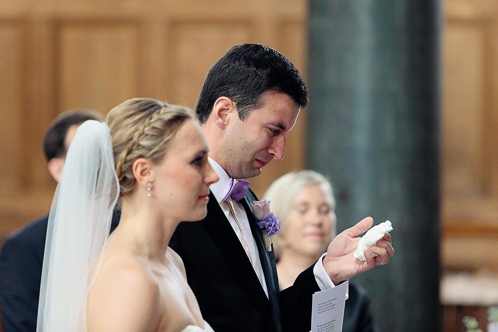 Bräutigam weint bei Trauung in Kirche