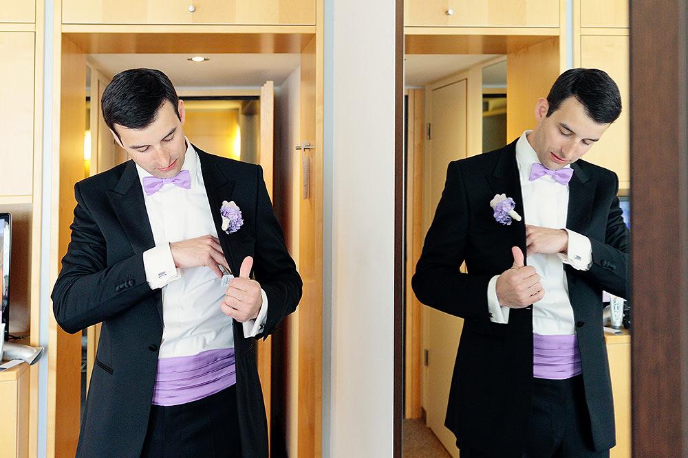 Bräutigam zieht sich an für Hochzeit