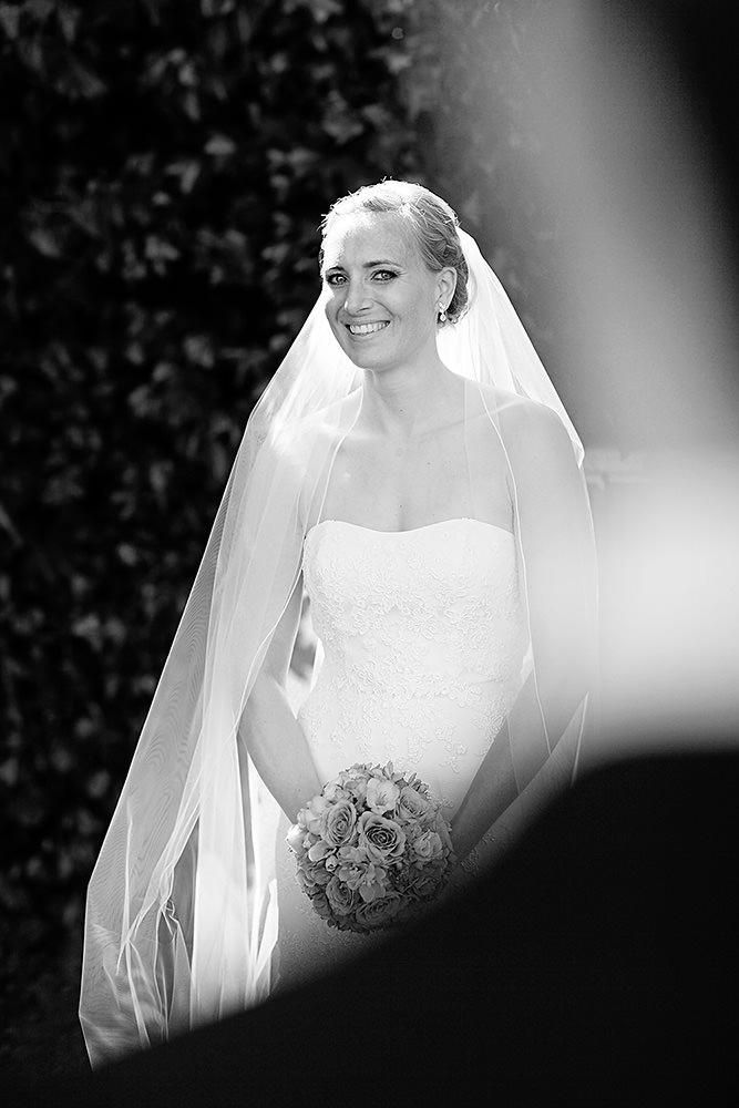 Braut bei Hochzeitsfotos im Lustgarten Potsdam