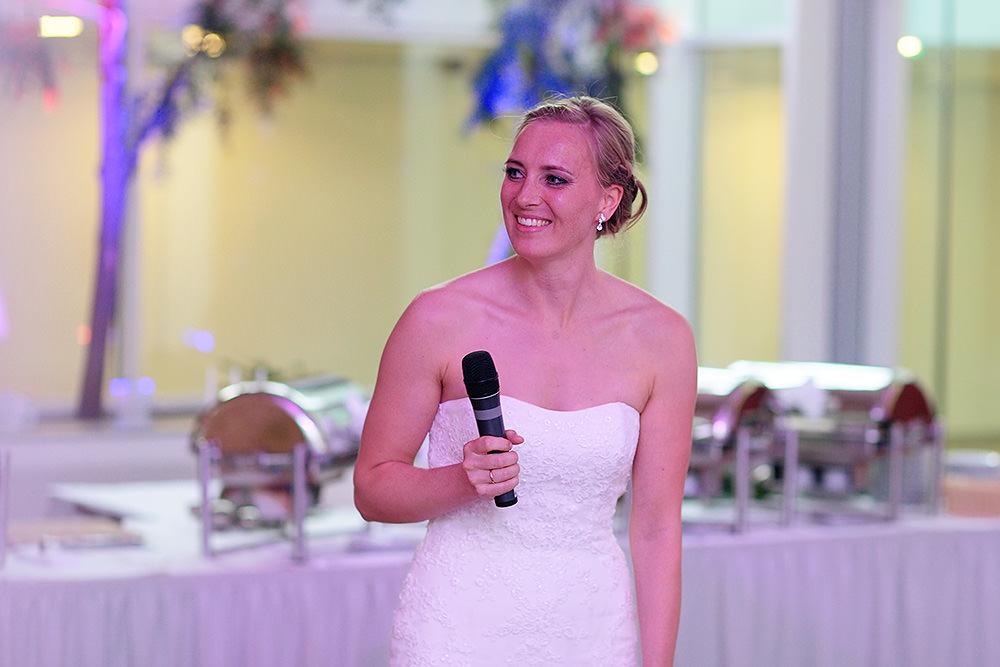 Braut hält Rede bei Hochzeitsfeier