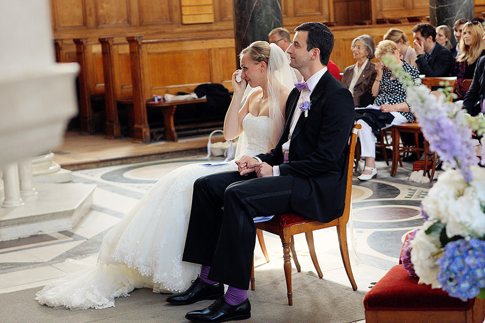 Braut weint bei Trauung in Kirche