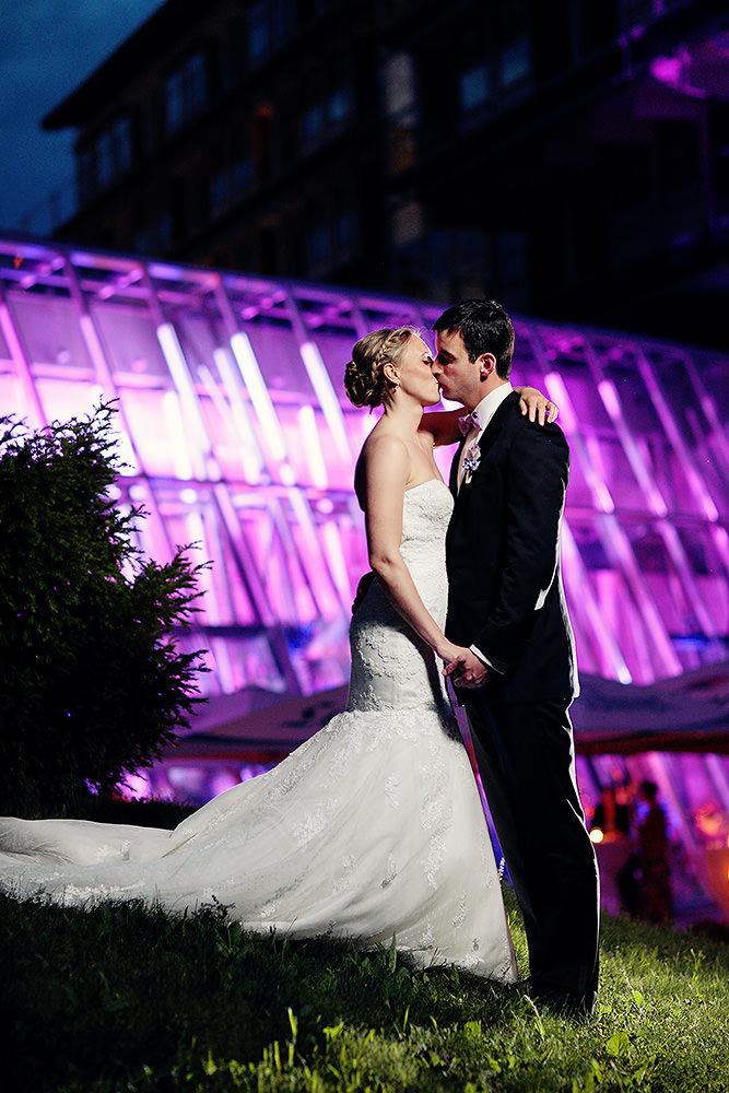 Brautpaar küsst sich bei Fotos am Abend