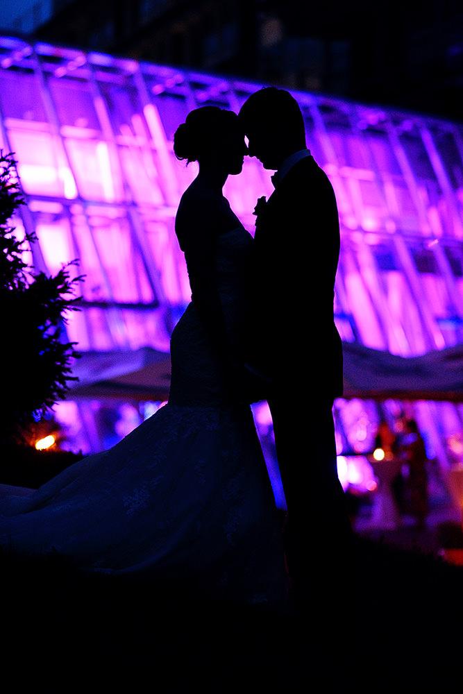 Silhouette von Brautpaar am Abend