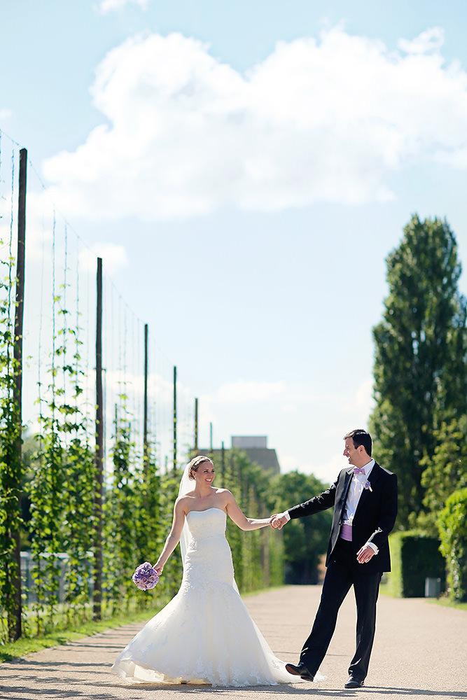 Brautpaar bei Hochzeitsfotos im Lustgarten Potsdam