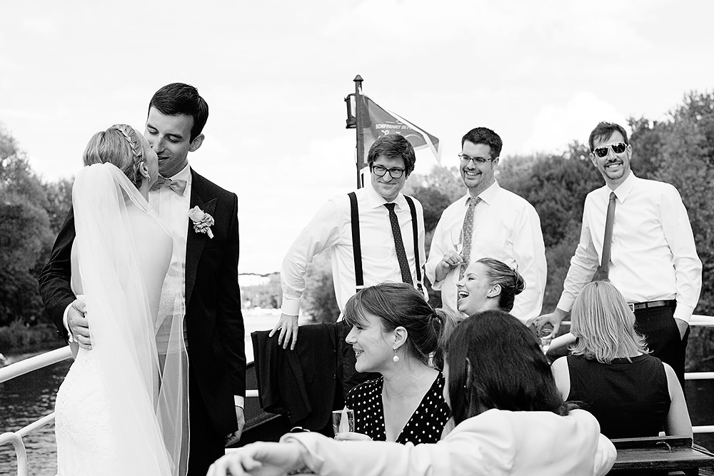 Brautpaar und Hochzeitsgesellschaft auf Schiff