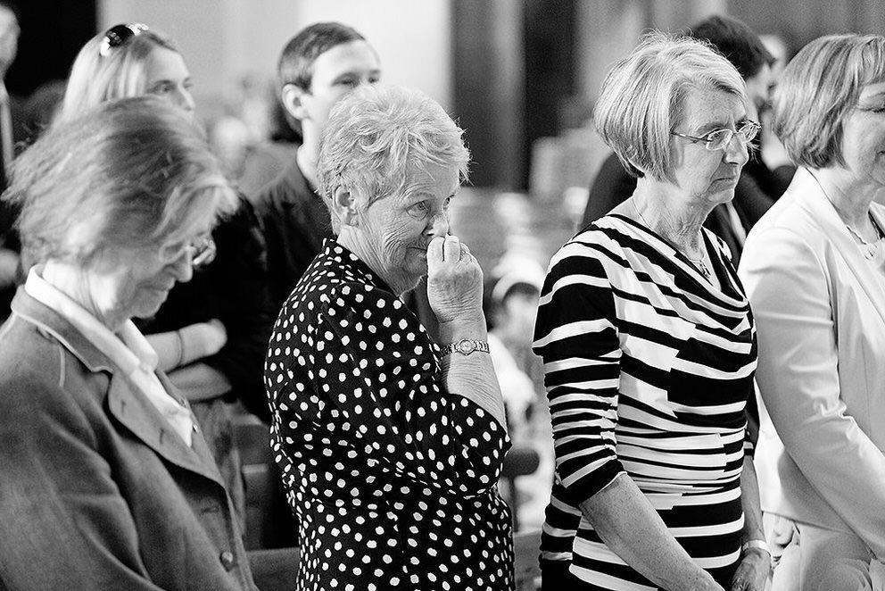 Emotionale Momente bei den Hochzeitsgästen während der Trauung