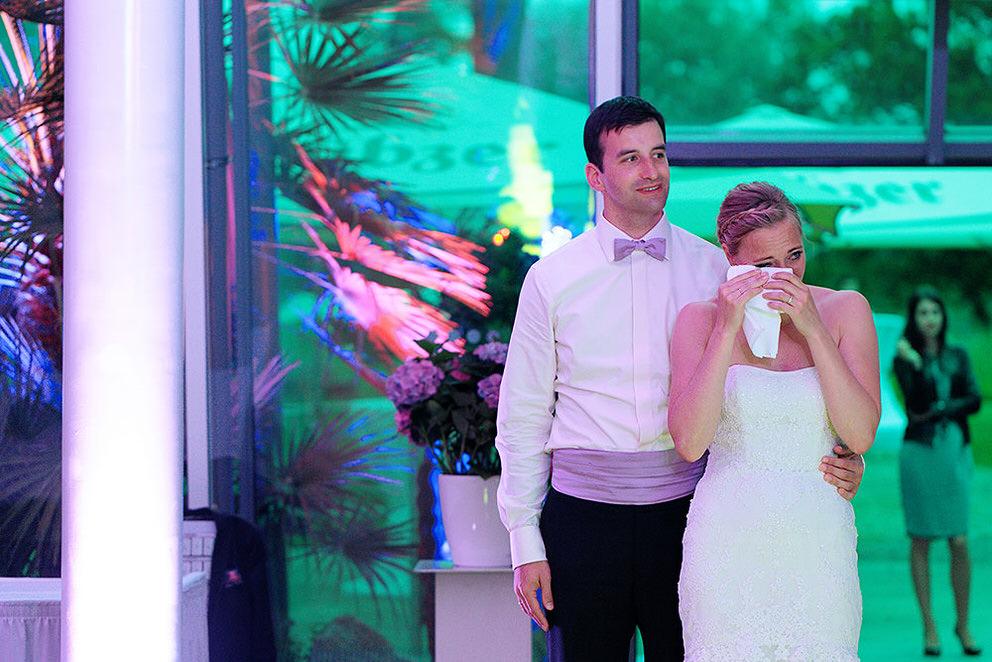 Emotionaler Moment für die Braut bei Diashow
