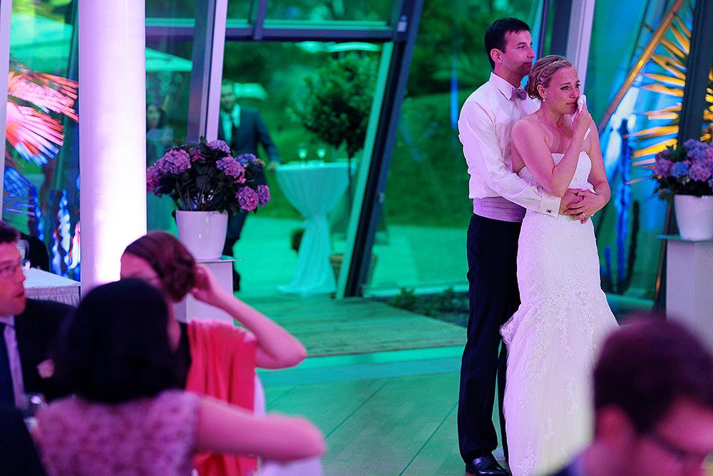 Bräutigam hält seine Braut ganz fest bei Diashow