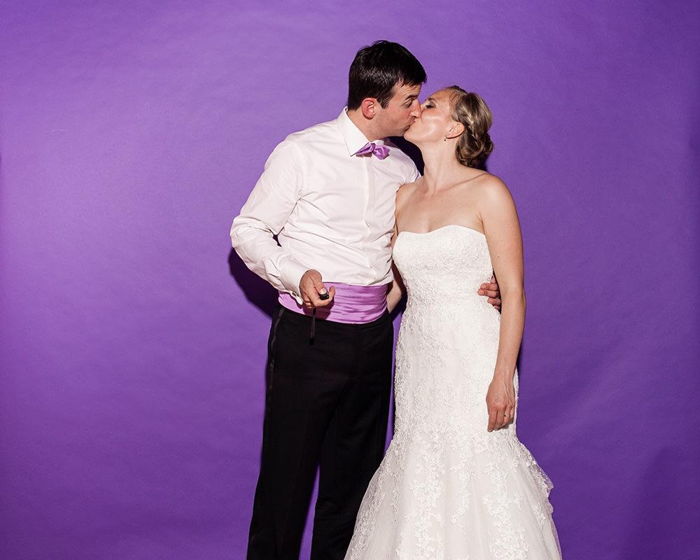 Brautpaar macht Foto mit Fotobox