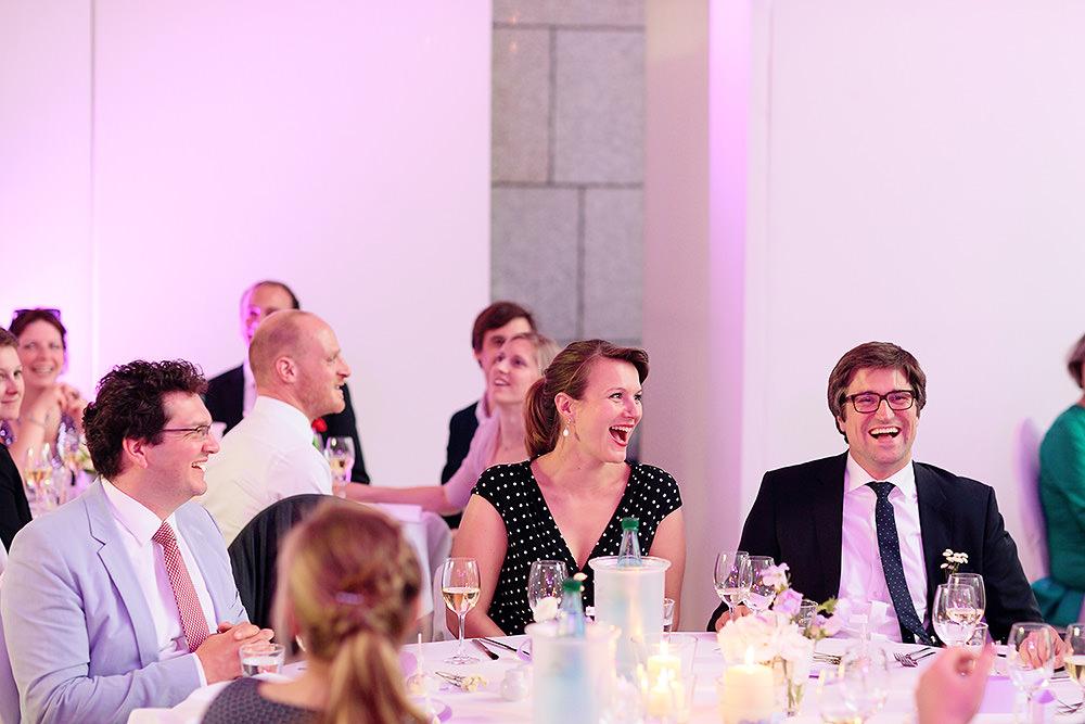 Ausgelassene Stimmung bei den Hochzeitsgästen