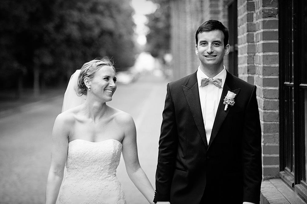 Brautpaar spaziert durch Straße