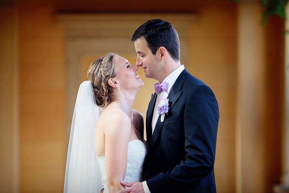 Braut und Bräutigam während der Paarfotos