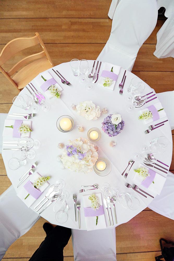 Blick von oben auf Tischdekoration bei Hochzeitsfeier