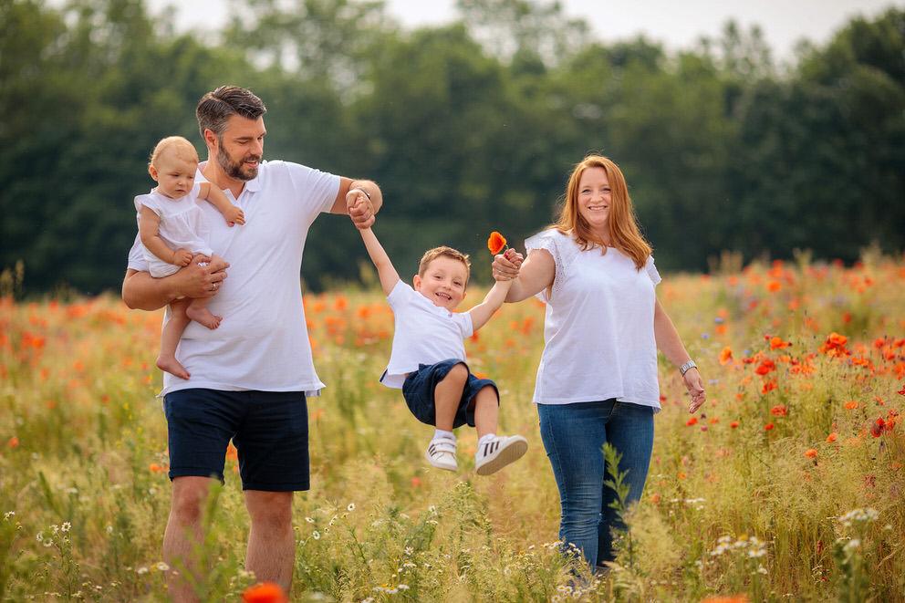 Familienfotos auf Mohnfeld in Brandenburg
