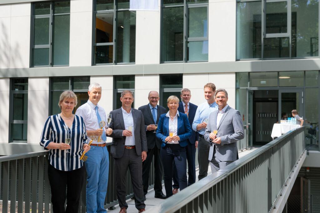 Teilnehmer einer Eröffnung im Forschungsbereich mit Foto vom Pressefotograf in Potsdam