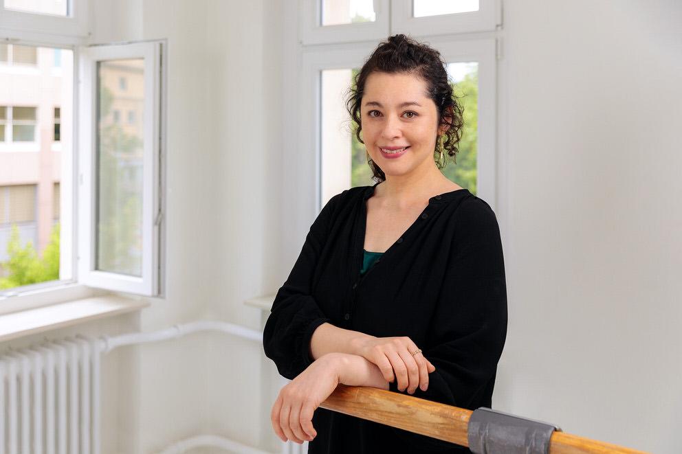 Portrait einer Tanzlehrerin im Tanzstudio
