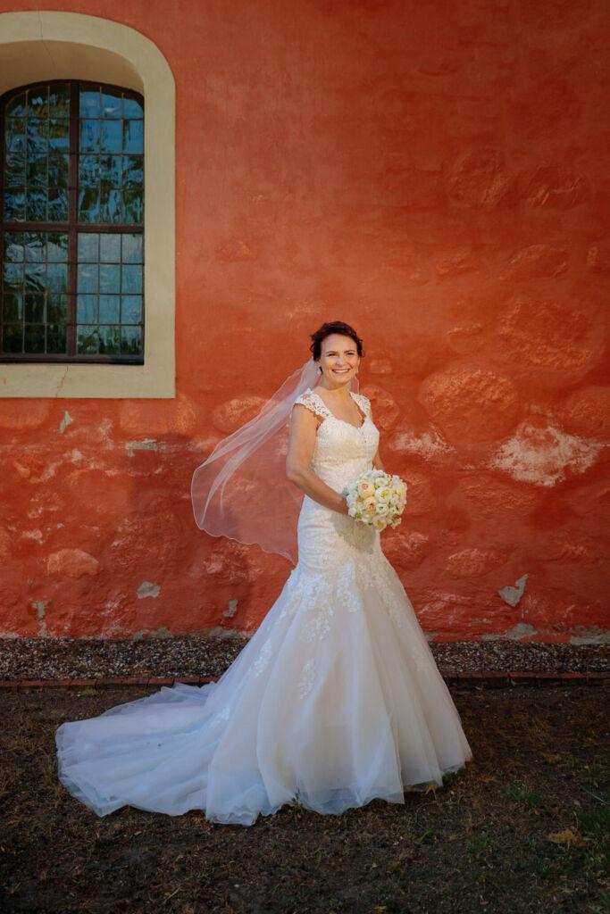Braut vor der Dorfkirche Kemmnitz Werder