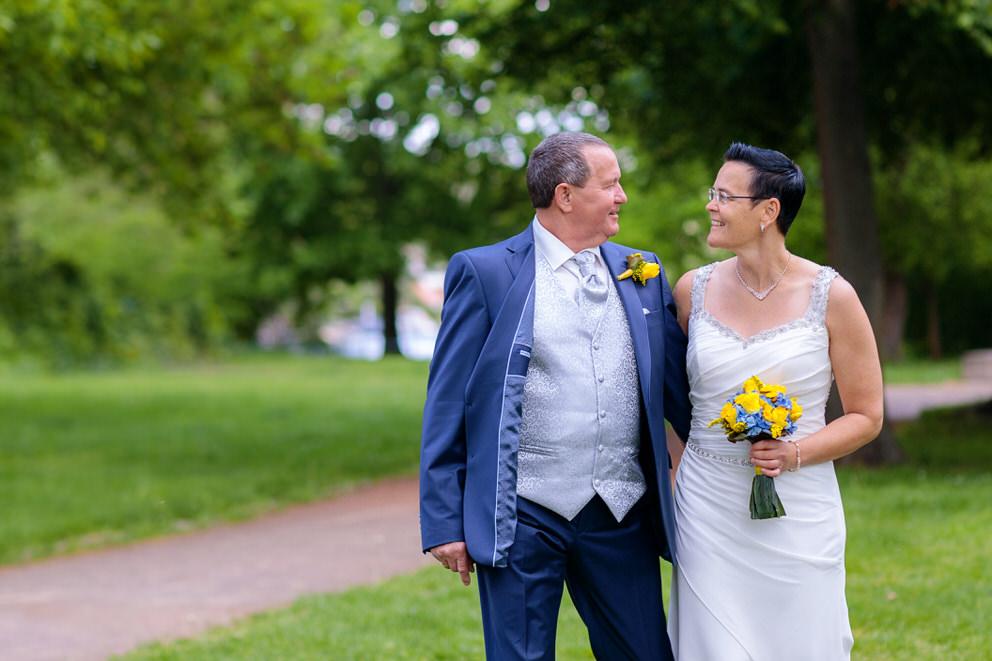 Brautpaar spaziert durch Schlosspark Köpenick