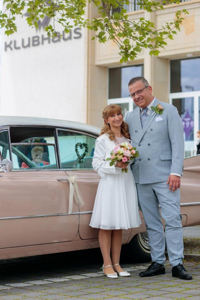 Brautpaar vor Klubhaus Ludwigsfelde nach Trauung
