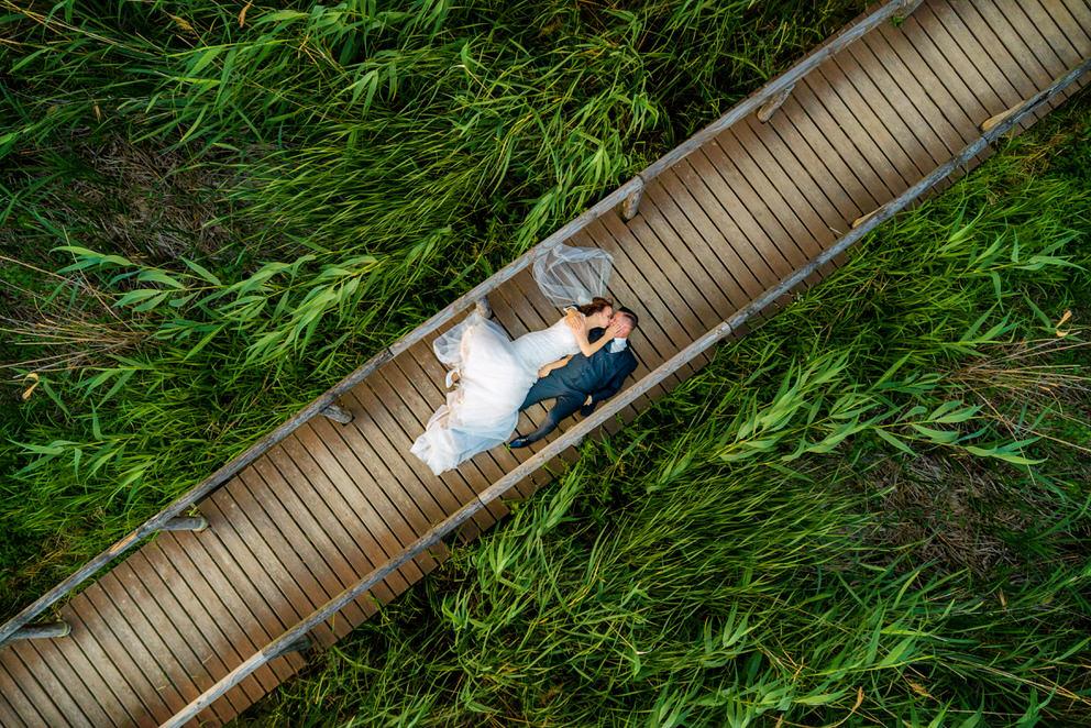 Luftaufnahme von Brautpaar in Kemmnitz Werder